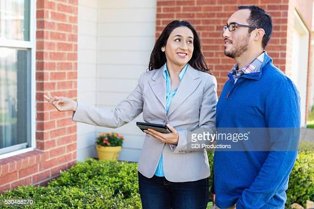 Potenzielle Käufer von Eigenheimen spricht mit Makler