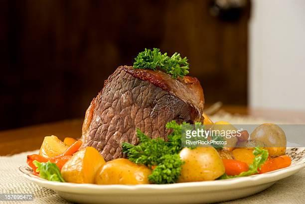 Potroast la cena con potoatoes y zanahorias.