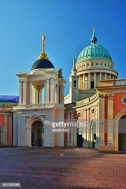 Potsdam Blick vom Hof des Stadtschlosses mit Fortunaportal zur Nikolaikirche