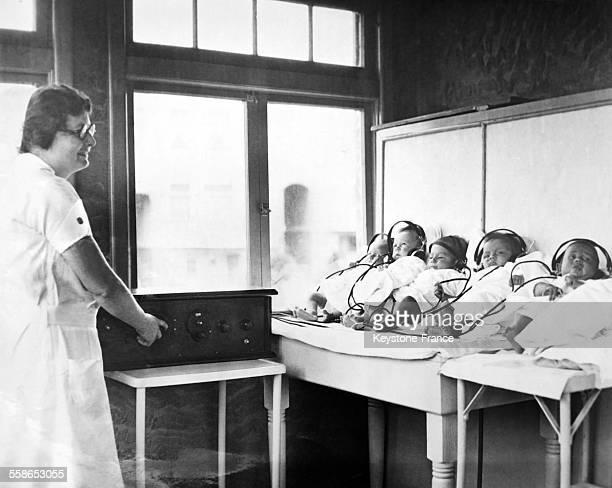 Pour calmer les bébés en l'absence de leur mère la direction d'une nurserie a eu l'idée de poser sur leurs oreilles des écouteurs reliés à une radio...