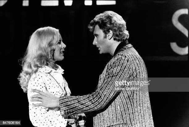 Pour illustrer leur chanson 'Toi et Moi' Johnny Hallyday et Sylvie Vartan chantent et dansent en duo pour l'emission de television le 'Show Vartan'...