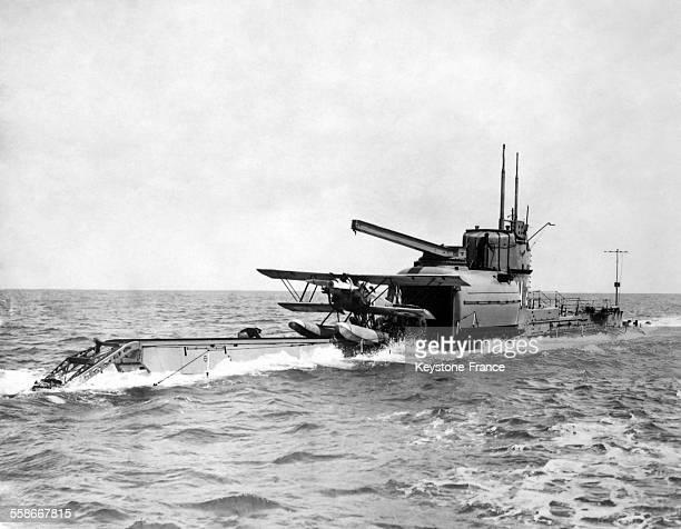 Pour la première fois un hydravion dont les ailes se replient afin de tenir dans un compartiment spécial est propulsé depuis un sousmarin à Gosport...
