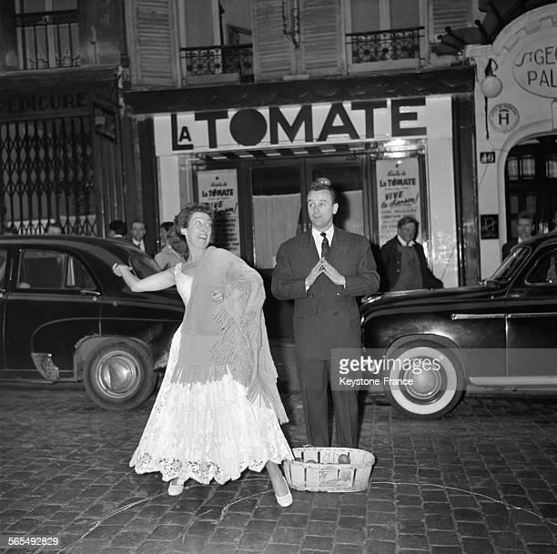 Pour marquer ses débuts de directrice du cabaret 'La Tomate' la chanteuse Cora Vaucaire participe au concours de lancer de tomates qu'elle a organisé...