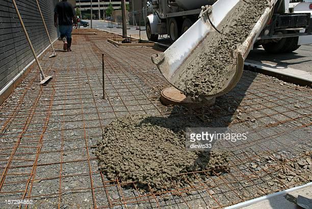 Verser ciment pour un nouveau trottoir