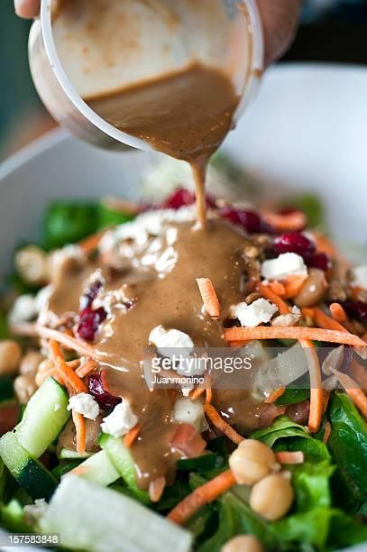 Gießen über Salat-dressing
