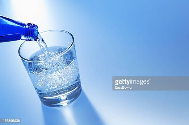 Gießen Wasser in Glas