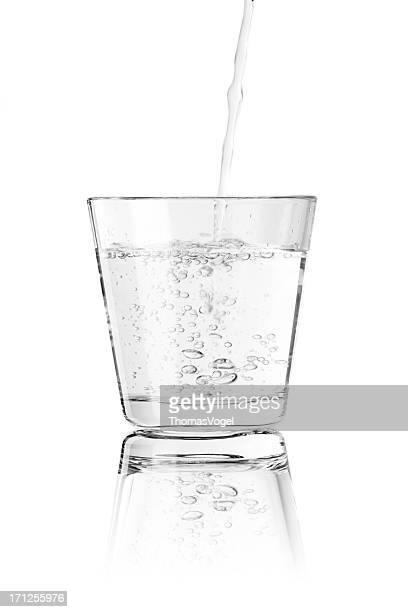 グラスに注ぐ水