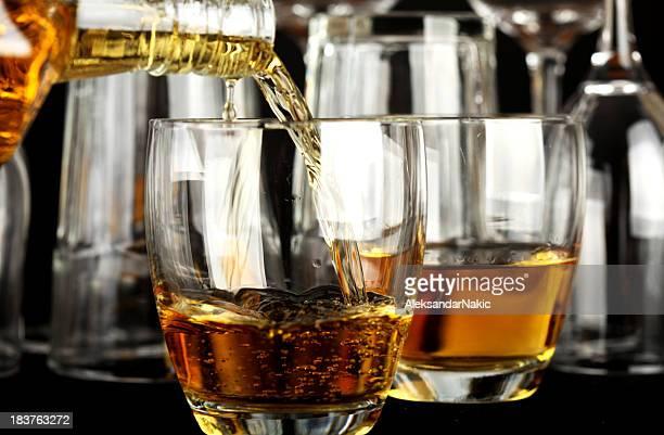 Verter un whisky en un vaso