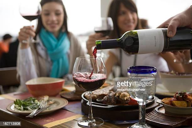 注ぐワイン