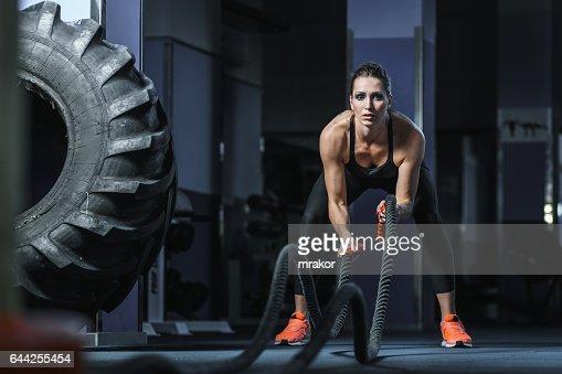 Leistungsstarke attraktive muskuläre Fitness-Trainer kämpfen Training mit Seilen : Stock-Foto