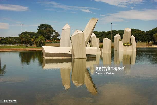 Praça Cívica mais conhecida como Praça dos Cristais é um jardim de formas geométricas construído sob a forma de um triângulo As formas geométricas em...