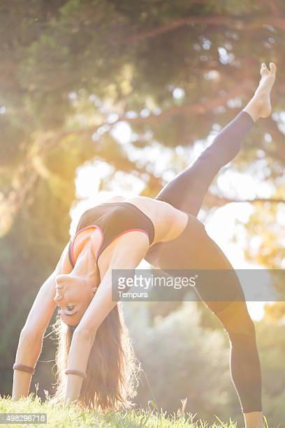 Pratiquant le yoga et acroyoga air à Barcelone