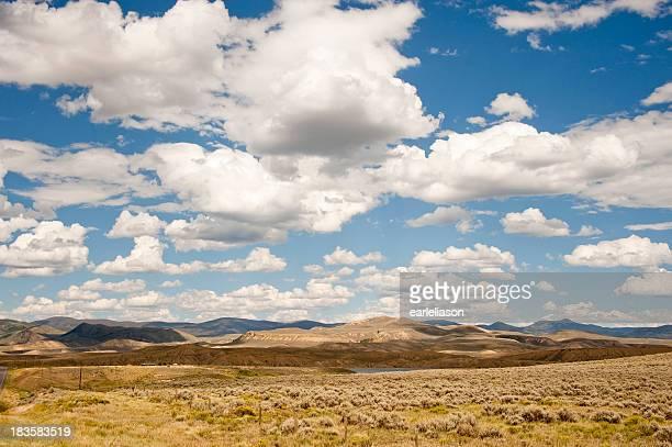 Pradaria, céu e nuvens,