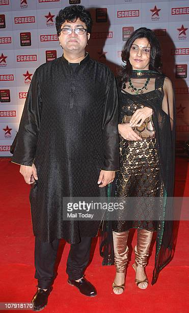 Prasoon Joshi with wife Aparna arrives to attend the Star Screen Awards 2011 at Bandra Kurla Complex in Mumbai
