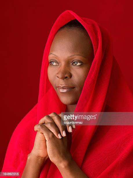 祈るアフリカの女性
