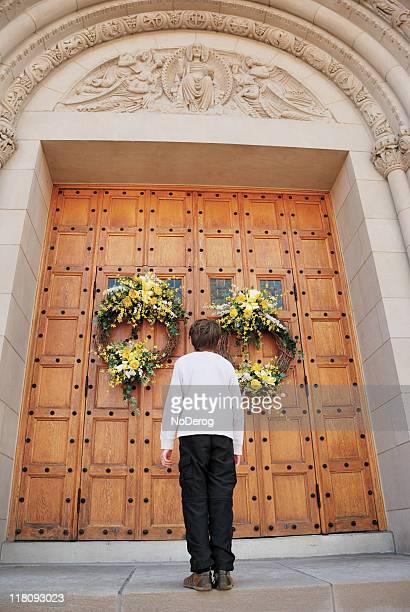 10 代少年の前に立つドアの教会