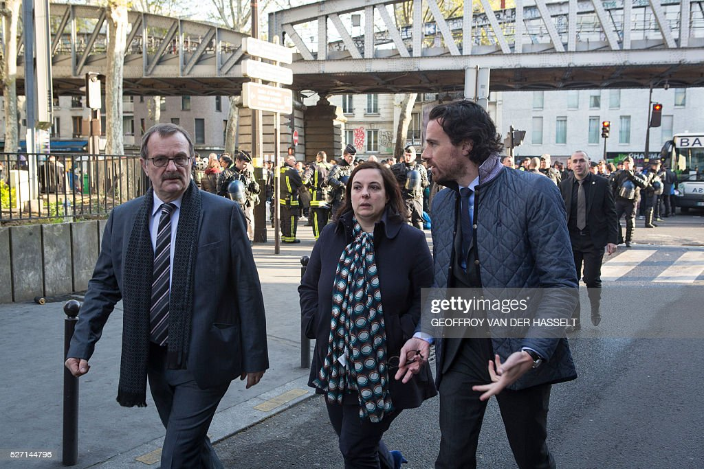 Prefect of Ile-de-France and Paris, Jean-Fran��ois Carenco (L), Minister of Housing and Sustainable Habitat, Emmanuelle Cosse (C) and Cabinet Director of the Mayor of Paris, Mathias Vicherat talks during the evacuation by the police of a makeshift camp under the Stalingrad metro station in Paris, on May 2, 2016. / AFP / Geoffroy Van der Hasselt