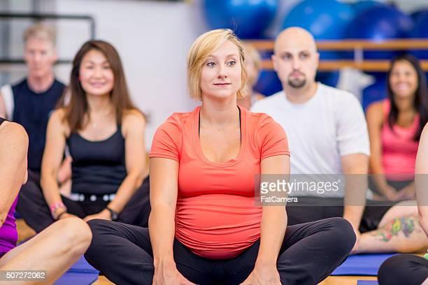 Schwangeren Frau nimmt ein Yoga-Kurs
