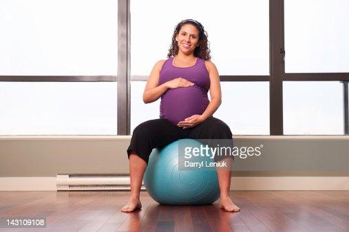Pregnant Hispanic woman exercising : Stockfoto