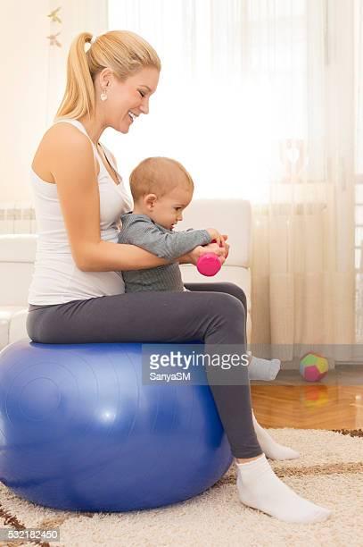 Femme enceinte et enfant faisant de l'exercice