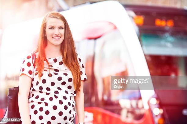 Mujer embarazada en el transporte público