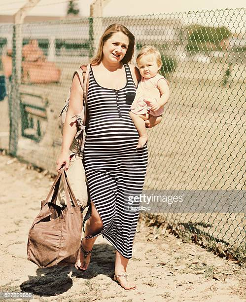 Femme enceinte portant un enfant au pauvres, vieillard déprimé et épuisé