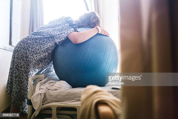 Donna incinta in ospedale letto