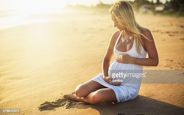 Mujer embarazada en la playa