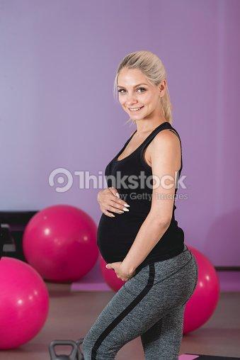 8cd366066 Mujer Embarazada Estar En El Gimnasio Sosteniendo Su Vientre En 9 ...