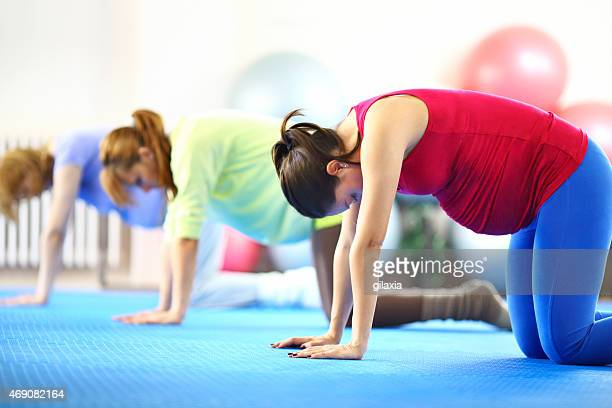 Mujer embarazada haciendo Pilates.