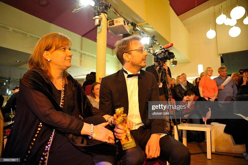 Preisträger Regisseur Calin Peter Netzer und Produzentin Ada Solomon mit dem Goldenen Bären für den rumänischen Film Child's Pose anlässlich des...