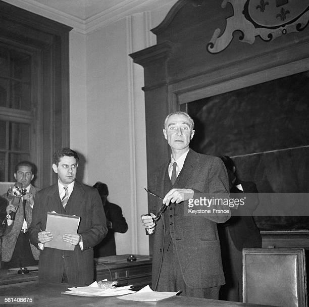 Première d'une série de six conférences dans l'amphithéâtre de la Sorbonne par le physicien américain Robert Oppenheimer le 24 avril 1958 à Paris...