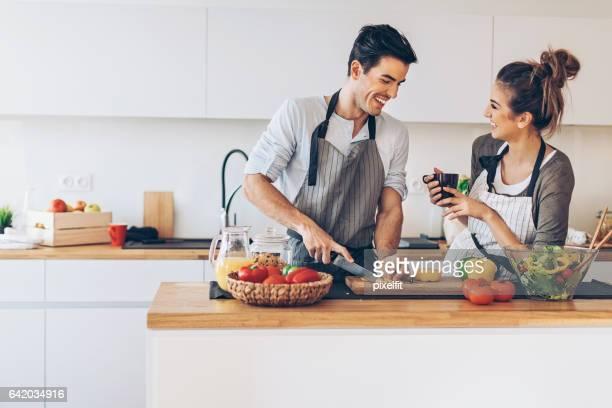 Préparation d'un dîner romantique
