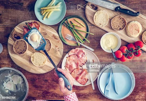 Préparation des œufs Bénédicte pour le petit déjeuner