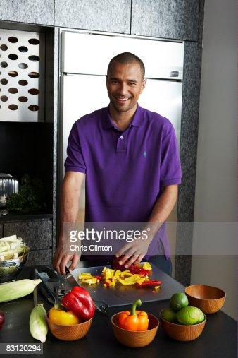 Preparare il cibo in cucina moderna