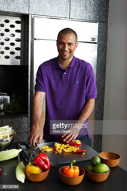 Preparar comida en la cocina moderna