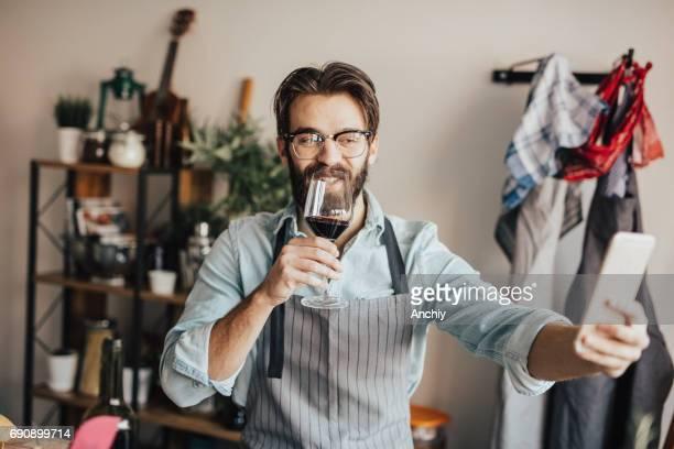 Préparer un repas tout en buvant du vin rouge