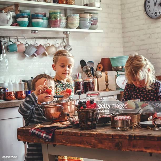 Préparer la fraise faits maison, de myrtille et de confiture de framboise et de mise en conserve dans des bocaux