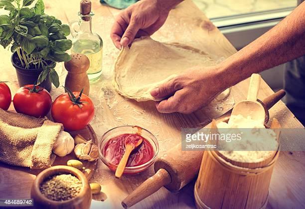 準備の食材を使ったホームメイドのピザ