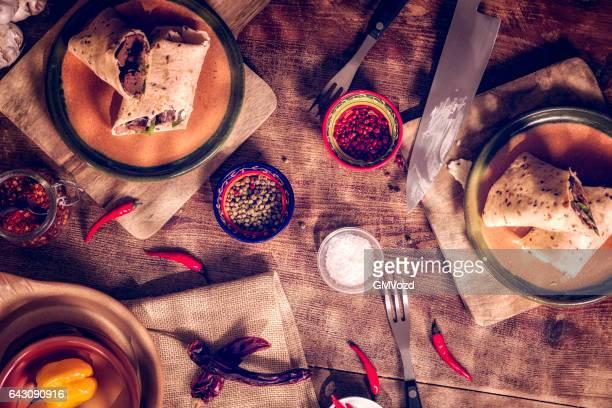 Preparazione messicana avvolge con il saporitissimo carne e panna acida