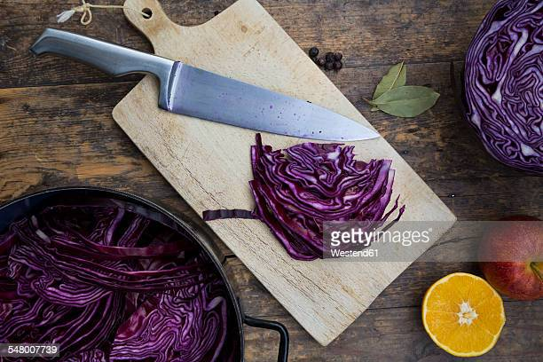 Preparing red cabbage