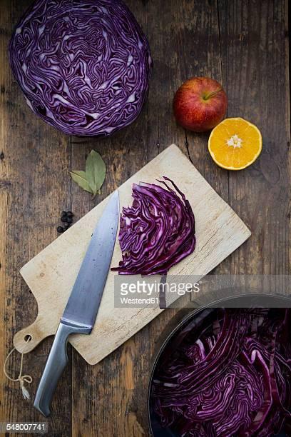 Preparing red cabbage