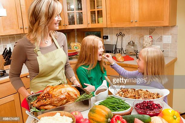 Preparazione del giorno del Ringraziamento e di Natale cena di famiglia con bambini in cucina
