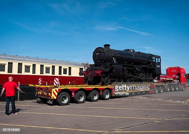 Vorbereitung zum Entladen der Dampflokomotive aus einem LKW