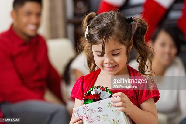 Enfant d'âge pré-scolaire asiatique fille ouverture Noël présente en famille