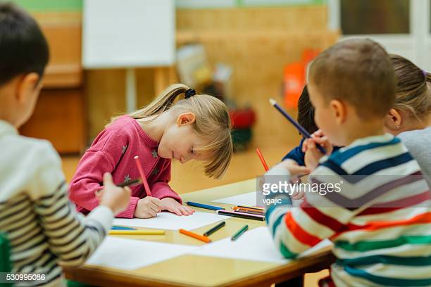 Bébés enfants Dessin et coloriage de leur configuration salle de classe