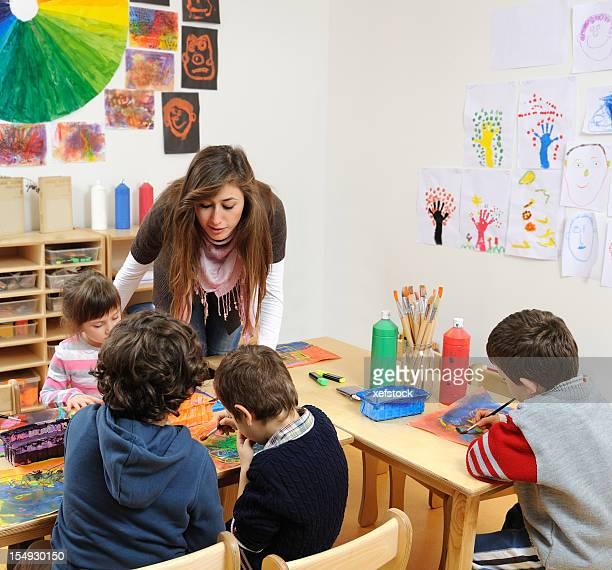 Bébés enfants peinture dans la crèche