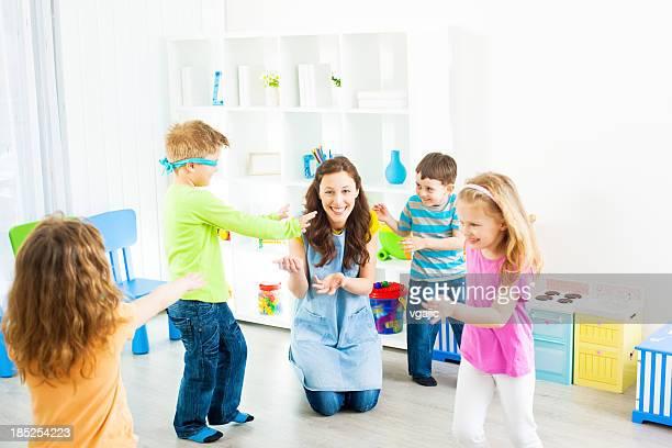 Bébés: Enfants jouant Cache-cache