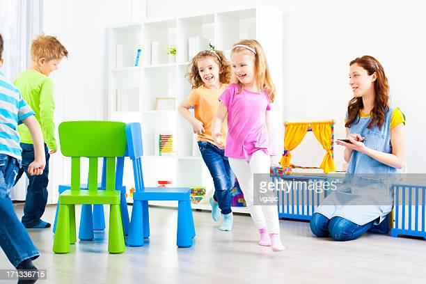 Bébés: Enfants jouant Musical de chaises.
