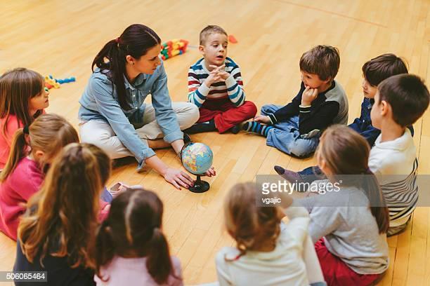 Vorschulalter Lehrer und Kinder in parlamentarische Bestuhlung